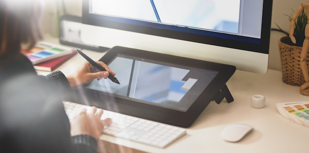 De jonge schetsen van de ontwerpertekening op grafische tablet Premium Foto