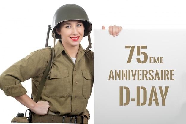 De jonge vrouw kleedde zich in ons wwii militair uniform met helm Premium Foto