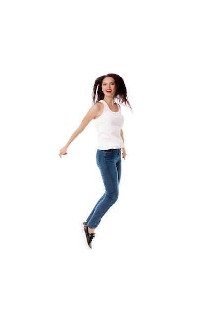 De jonge vrouw springt op wit Premium Foto