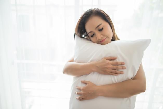 De jonge vrouw statuswake-up in de slaapkamer Gratis Foto