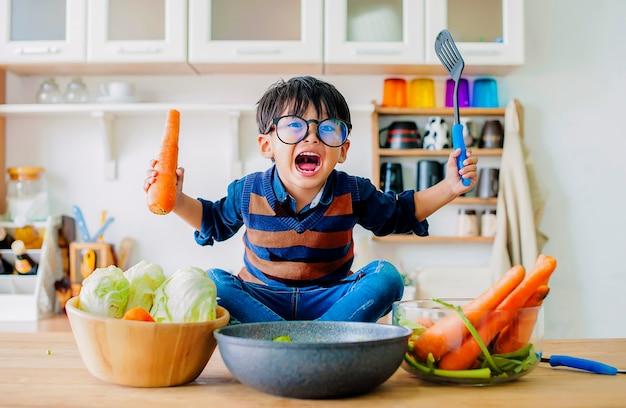 De jongen die een boze emotie toont, het concept van emotie van een gewelddadig kind Premium Foto