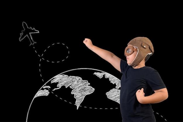 De jongen doet zich voor als een superheld en speelt als astronaut. teken concept Gratis Foto