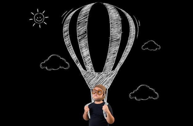 De jongen doet zich voor als een superheld en vliegt met een ballon. Gratis Foto