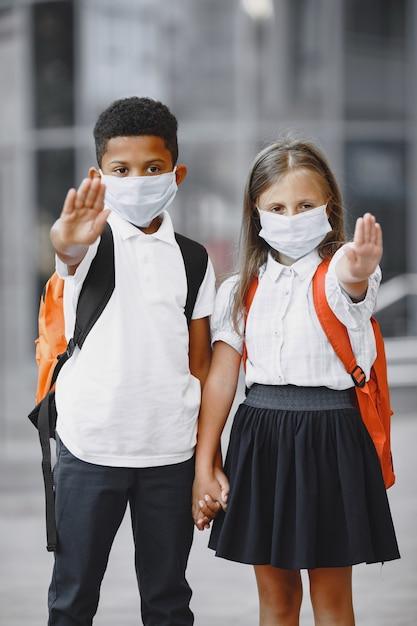 De jongen en het meisje van gemengde rassen in park Gratis Foto