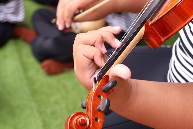 De jongen speelt viool Premium Foto