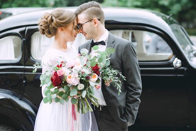 De jonggehuwden koppelen verliefd close-up op huwelijksdag Premium Foto