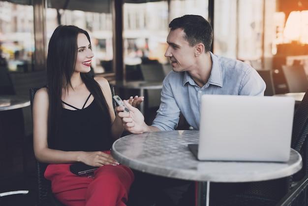 De journalist interviewt het meisje en schrijft de antwoorden. Premium Foto