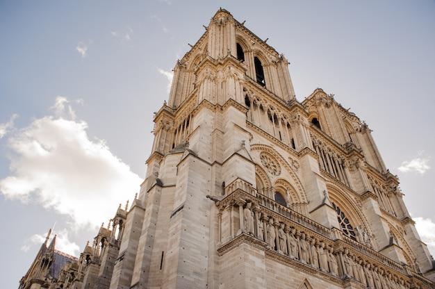 De kathedraal van notre dame de paris. notre dame de paris is een middeleeuwse katholieke kathedraal aan de le de la cit in het vierde arrondissement van parijs. Premium Foto
