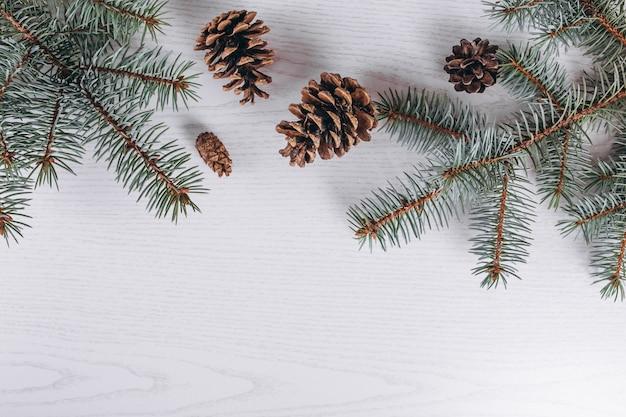 De kerstvlakte lag op houten achtergrond Gratis Foto