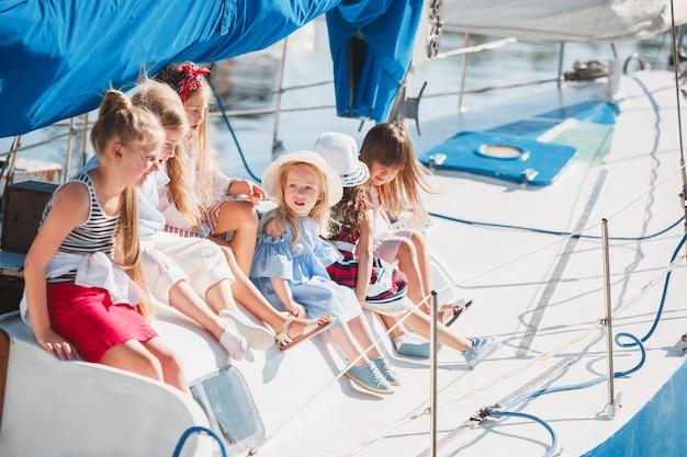 De kinderen aan boord van een zeiljacht Gratis Foto