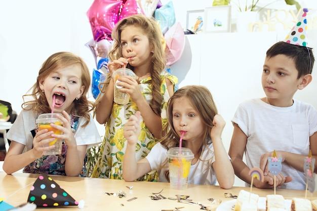 De kinderen en verjaardagsdecoratie. Gratis Foto