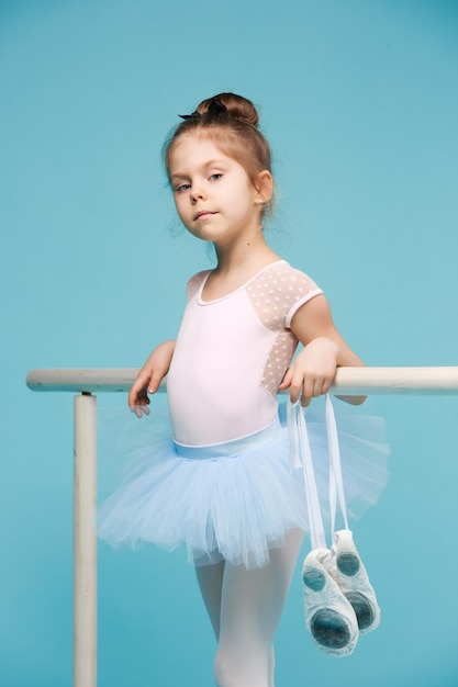 De kleine ballerinadanseres op blauw Gratis Foto