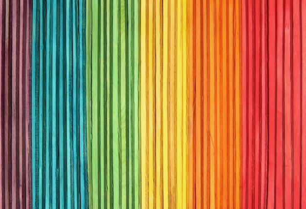 De kleurrijke houten achtergrond van de muurtextuur in heldere regenboogkleuren. Premium Foto