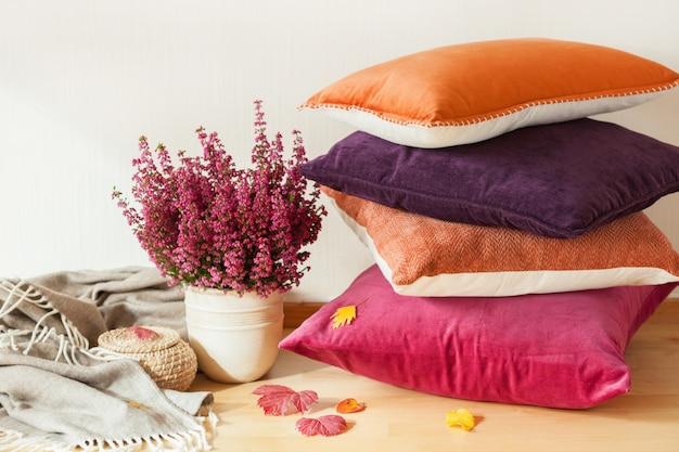 De kleurrijke kussens werpen de gezellige bloem van de de herfststemming van het huis Premium Foto