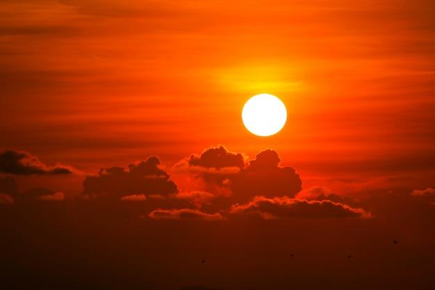 De kleurrijke wolk en de zon van de hoop rode oranje zonsondergang op hemel Premium Foto