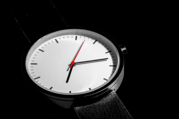 De klok in het donker. Premium Foto
