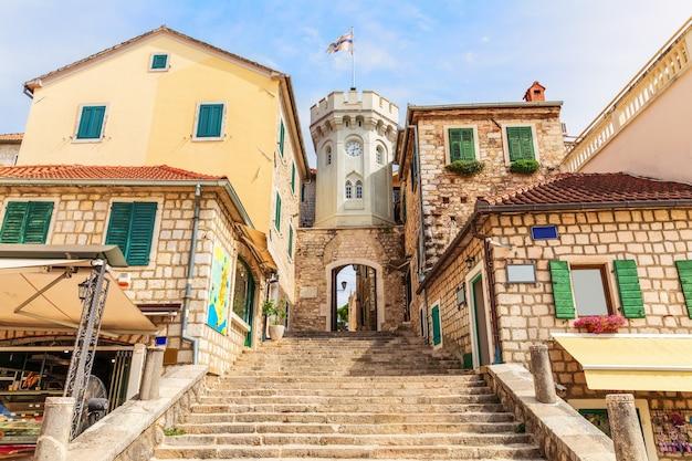 De klokkentoren en de poort naar de oude stad herceg novi, montenegro. Premium Foto