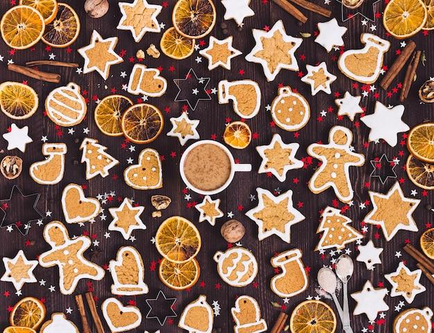 De koekjeskop van peperkoek van koffie kerstmis drinkt de sinaasappelenkaneel van het nieuwe jaar Gratis Foto