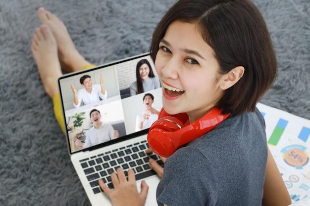 De koffie van de vrouwenholding die computer met behulp van Premium Foto