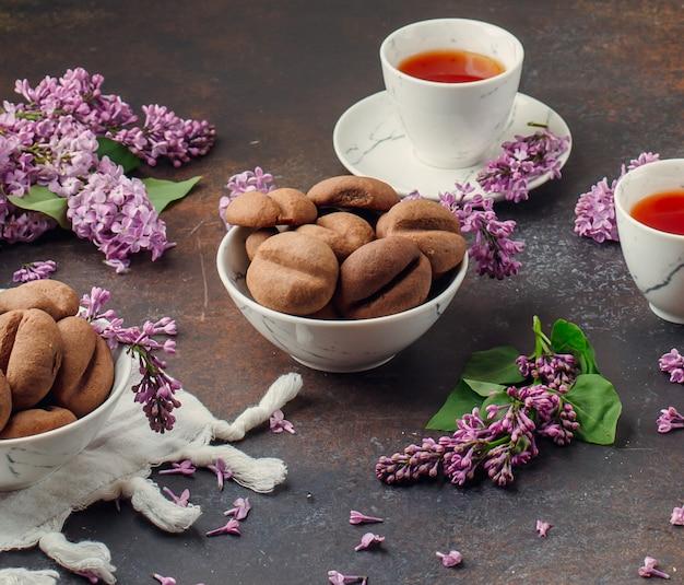 De koffiebonen vormen koekjes met witte kop theeën. Gratis Foto