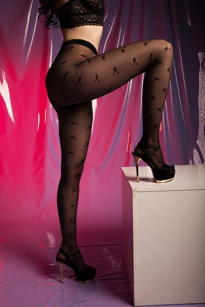 De kousen op perfecte vrouwenbenen, sluiten omhoog Premium Foto