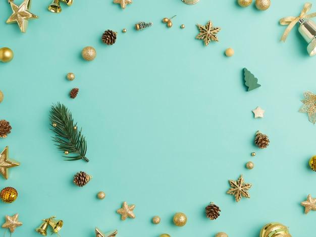 De kroon van kerstmis en decoratie die een frame op lichtblauwe achtergrond maken Premium Foto