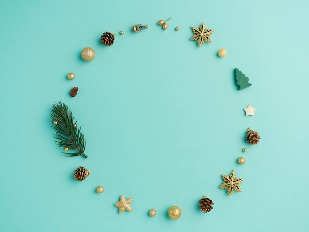 De kroon van kerstmis op lichtblauwe achtergrond. bovenaanzicht Premium Foto