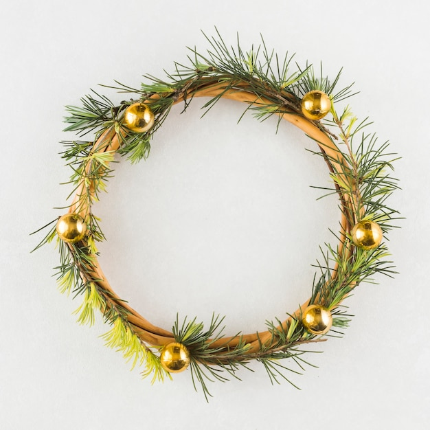 De kroon van kerstmis op witte lijst Gratis Foto