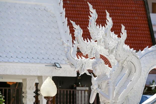 De kunst van de thaise cultuur stucwerk witte naga versierd door