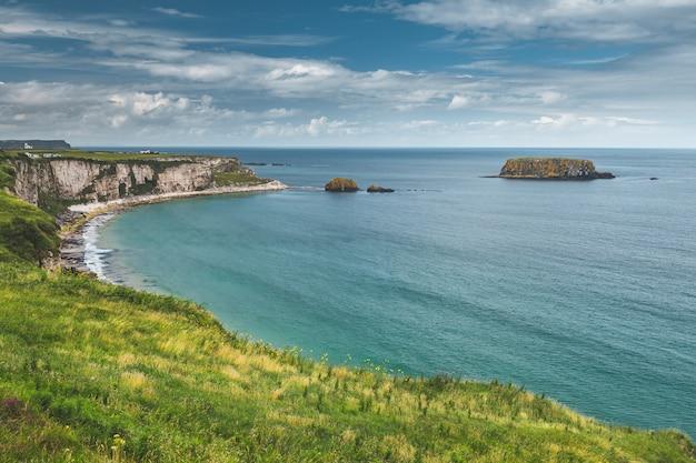 De kustlijn van close-up noord-ierland. kalme baai. Premium Foto