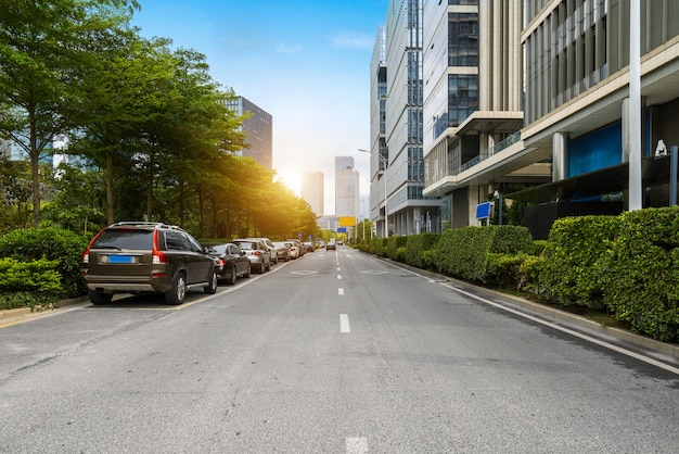 De lege weg met cityscape en horizon van shenzhen, china Premium Foto