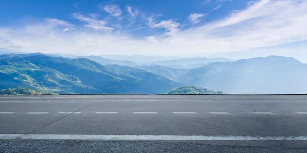 De lege weg van het wegasfalt en mooie hemel Premium Foto