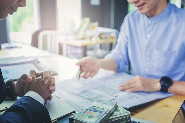 De lening bedrijfsfinanciënzakenman verklaart bedrijfsrapport van gegevensanalyse of bankmarketing Premium Foto