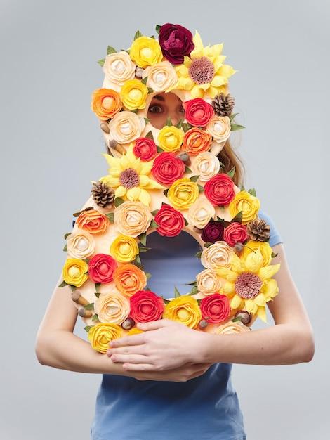 De lente jong mooi meisje met bloemenvrouw het stellen met een boeket van bloemen, vrouwendag Premium Foto