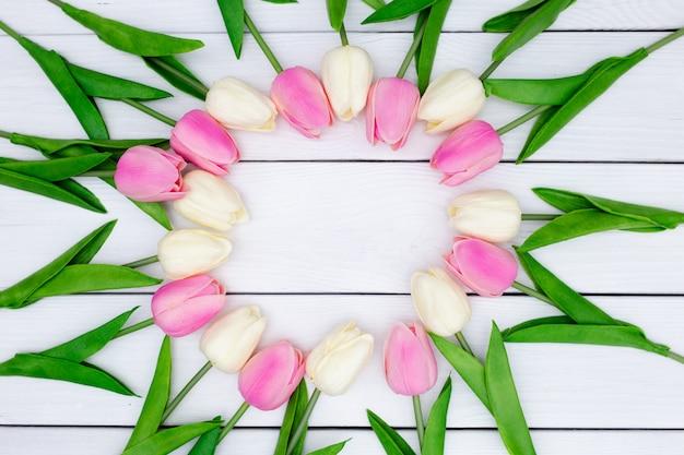 De lentesamenstelling met tulpen op houten Gratis Foto