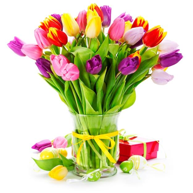 De lentetulpen met paaseieren Premium Foto
