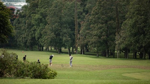 De leraar leert kinderen golfen. bali. indonesië Gratis Foto