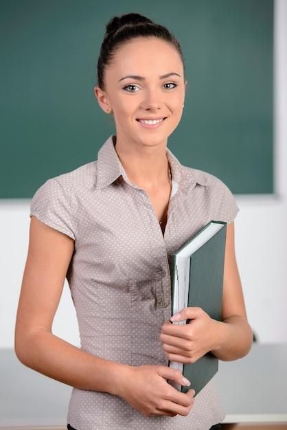 De leraar staat op het bord. Premium Foto