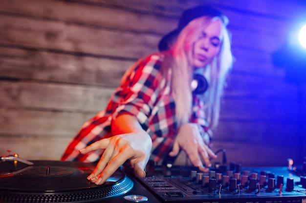 De leuke vrouw die van dj pret speelmuziek hebben bij clubpartij Gratis Foto