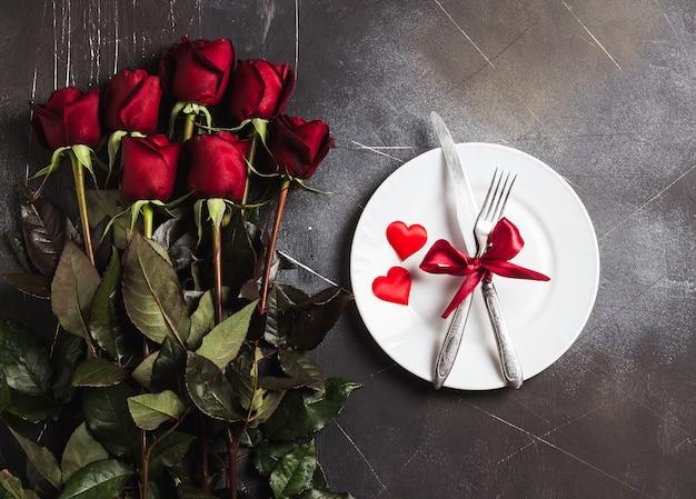 De lijst die van de valentijnskaartendag romantisch diner plaatst huwt me huwelijksverloving Gratis Foto