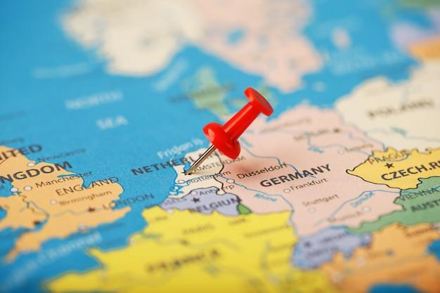 De locatie van de bestemming op de kaart van frankrijk wordt aangegeven. de locatie van uw bestemming op de kaart van nederland wordt aangegeven door een rode punaise. Premium Foto
