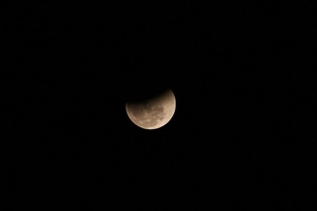 De maan die werd geblokkeerd door de schaduw van de aarde Premium Foto