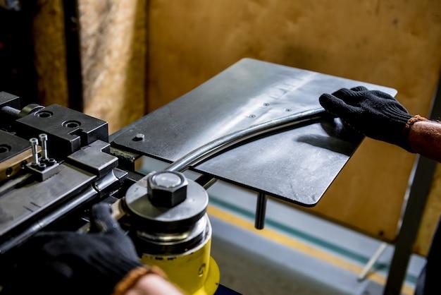 De machine van de rolbuigindustrie maakt pijpvorming. Premium Foto