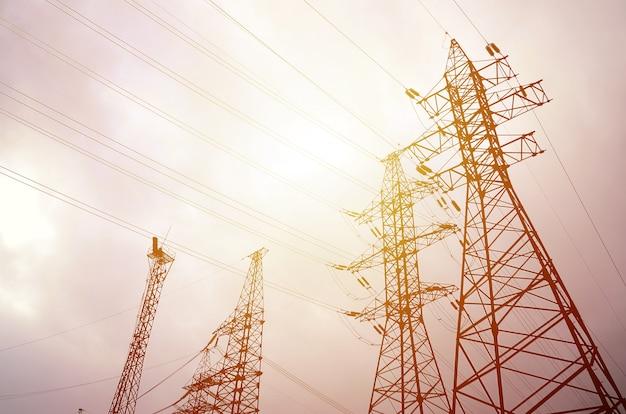 De machtslijnen van torens tegen een bewolkte hemelachtergrond. Premium Foto