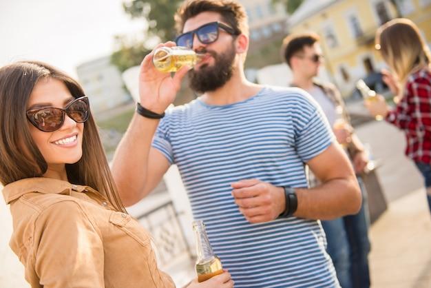 De man communiceert met een meisje op straat en drinkt. Premium Foto