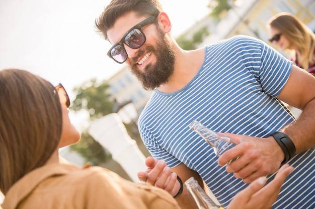 De man communiceert met een meisje op straat. Premium Foto