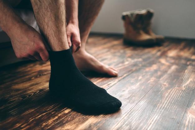 De man draagt zwarte sokken. heren stijl. Premium Foto