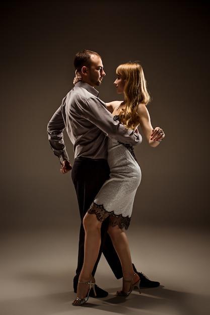 De man en de vrouw dansen argentijnse tango Gratis Foto