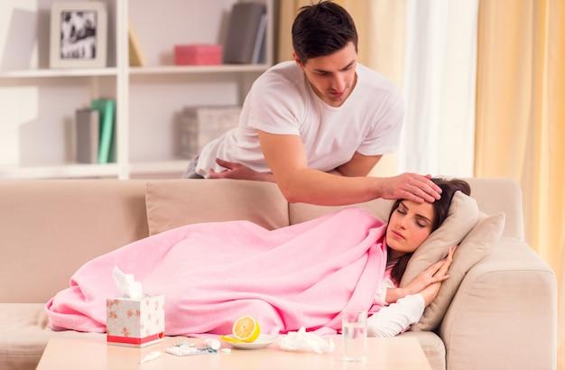 De man zorgt thuis voor een ziek meisje. Premium Foto