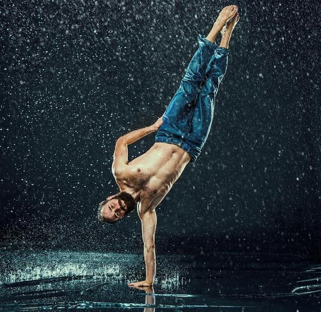 De mannelijke breakdancer in water. Gratis Foto